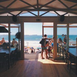 海の前のカフェ